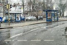 München, Duitsland - Februari 17 2018: Bus en Treineinde tijdens het sneeuwonweer stock foto's
