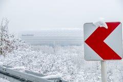MÜNCHEN, DUITSLAND - FEBRUARI 18 2018: De Allianz-Arena is behandeld met sneeuw na het sneeuwonweer stock foto