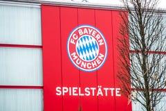 München, Duitsland - Februari 16 2018: De Ingang aan de campus van de de Voetbalclub van FC Beieren in München is slechts open vo stock foto's