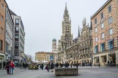 München, Duitsland - Februari 15 2018: Mensen die op Marienplatz lopen royalty-vrije stock afbeelding