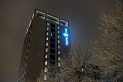 München, Duitsland - Februari 17 2018: Motel één het embleem van de hotelketting glanst in de nacht royalty-vrije stock afbeelding