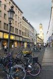 MÜNCHEN, DUITSLAND - Mei 29, 2012: fietsen op de straat Theatinerstrasse met mening over Theatine-Kerk van St Cajetan Royalty-vrije Stock Afbeelding