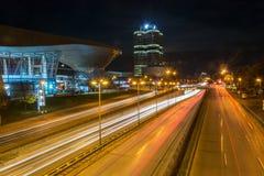 MÜNCHEN, DUITSLAND - November 3, 2017: De Rand en de toren van BMW bij nacht royalty-vrije stock fotografie