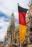 München Marienplatz und deutsche Flagge Stockbild