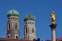 München Mariensäule und Frauenkirche Lizenzfreie Stockfotografie
