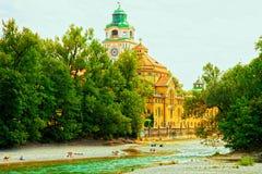 München, mensen die op de Isar rivierbanken zonnebaden Stock Afbeeldingen