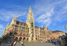 München: Touristen, die sich herum wundern lizenzfreie stockfotografie