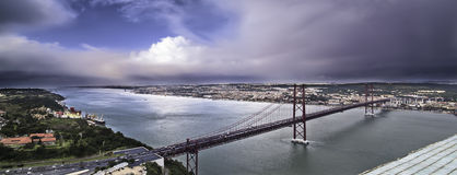 Mündung und Brücke Stockfotografie