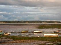 Mündungsszene im manningtree mit festgemachten Bootsgezeiten bewölkt Länder stockfotos