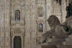 Münster belichtete Fenster und Löwe, Mailand Stockfotografie