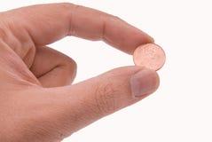 Münze angehalten durch zwei Finger lizenzfreies stockfoto