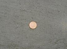 Münze auf konkretem Boden Lizenzfreie Stockfotos