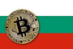 Münze bitcoin auf der Flagge von Bulgarien Stockbild