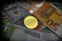 Münze bitcoin liegt auf Banknoten Stockfotografie