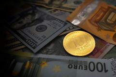 Münze bitcoin liegt auf Banknoten Lizenzfreies Stockbild