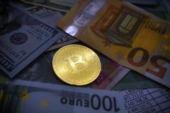 Münze bitcoin liegt auf Banknoten Stockbild