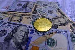 Münze bitcoin liegt auf Banknoten und Blättern mit Zahlen Stockbilder