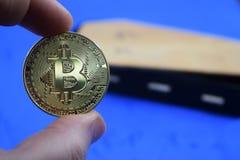 Münze bitcoin Tropfen, gegen den Sarg Stockbilder