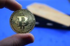 Münze bitcoin Tropfen, gegen den Sarg Stockbild