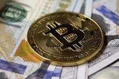 Münze Cryptocurrency Bitcoin auf Hintergrund mit Dollar Stockfotografie