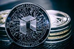 Münze cryptocurrency NEO auf dem Hintergrund eines Stapels Münzen lizenzfreie stockfotografie