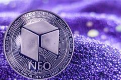 Münze cryptocurrency Neo auf modernem Neonhintergrund stockbild