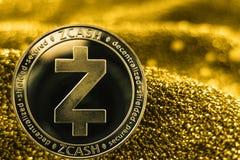 Münze cryptocurrency Zcash auf goldenem Hintergrund lizenzfreie stockfotografie
