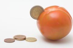 Münze in der Tomate Lizenzfreie Stockfotos