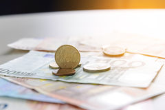 Münze des Eurocents 50 auf Eurobanknoten Stockfotografie