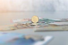 Münze des Eurocents 50 auf Eurobanknoten Stockbilder