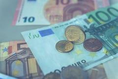 Münze des Eurocents 50 auf Eurobanknoten Stockfotos