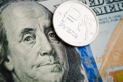 Münze des russischen Rubels auf Banknoten von Dollar Lizenzfreies Stockbild