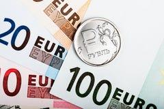 Münze des russischen Rubels auf den europäischen Banknoten Lizenzfreie Stockbilder