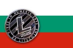 Münze litecoin auf der Flagge von Bulgarien Stockbild