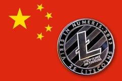 Münze litecoin auf der Flagge von China Stockfotos