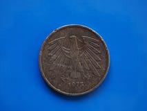 Münze mit 5 Kennzeichen, Deutschland über Blau Lizenzfreie Stockfotografie