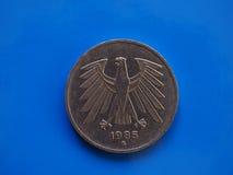 Münze mit 5 Kennzeichen, Deutschland über Blau Stockbilder