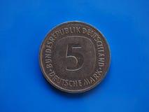 Münze mit 5 Kennzeichen, Deutschland über Blau Stockfoto