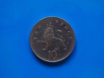 Münze mit 10 Pennys, Vereinigtes Königreich über Blau Lizenzfreie Stockfotos