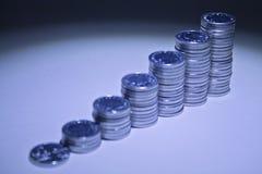 Münze stapelt das aufsteigen in Höhe Lizenzfreie Stockbilder