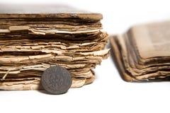 Münze und alte Bücher Lizenzfreie Stockfotos
