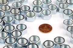 Münze und Nüsse Stockfoto