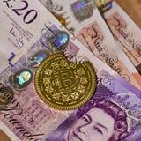 Münze und Pfund Bitcoin Lizenzfreie Stockfotos