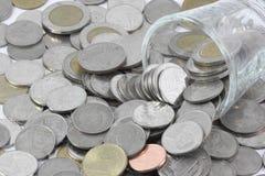 Münzen über dem Glas sind mit Habsucht des Menschen vergleichbar stockfoto