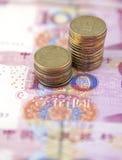 Münzen auf chinesischer Währung Stockfotografie
