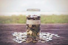 Münzen auf dem Holz Lizenzfreie Stockfotos
