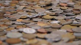 Münzen auf dem Tisch - Geschäft und Finanzierung stock video footage