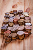 Münzen auf einem hölzernen Hintergrund Stockfoto