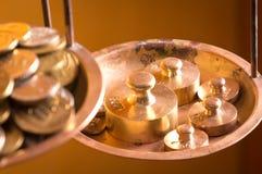 Münzen auf einem Skalagewicht Stockfoto