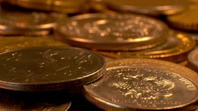 Münzen auf einer drehenden Plattform stock footage